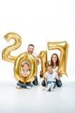 Famiglia felice che tiene i palloni dorati Immagini Stock