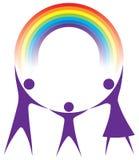 Famiglia felice che tiene un Rainbow in vostre mani. Fotografia Stock