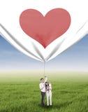 Famiglia felice che tira l'insegna del biglietto di S. Valentino Immagine Stock Libera da Diritti