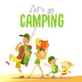 Famiglia felice che va insieme sul campeggio all'estate Fotografie Stock Libere da Diritti