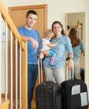 Famiglia felice che va in vacanza immagini stock