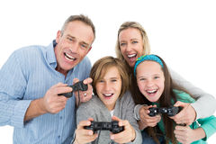 Famiglia felice con due bambini che giocano i video giochi Immagini Stock