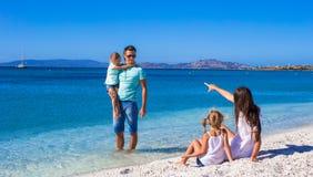 Famiglia felice con due bambini durante la spiaggia tropicale Fotografia Stock Libera da Diritti
