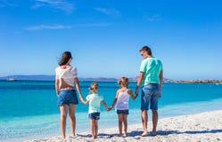 Famiglia felice con due bambini durante la spiaggia tropicale Immagini Stock Libere da Diritti