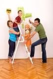 Famiglia felice con gli utensili della pittura Fotografie Stock Libere da Diritti
