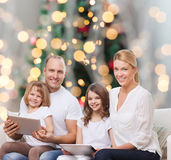 Famiglia felice con i computer del pc della compressa Immagini Stock