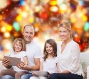 Famiglia felice con i computer del pc della compressa Immagine Stock Libera da Diritti