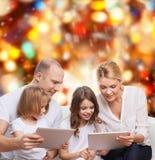 Famiglia felice con i computer del pc della compressa Fotografie Stock