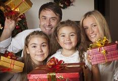 Famiglia felice con i regali di natale Fotografia Stock
