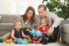 Famiglia felice con il bambino ed il bambino Fotografia Stock
