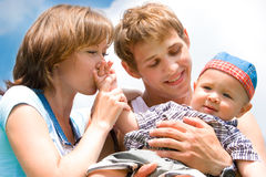 Famiglia felice con il bambino sopra cielo blu Fotografia Stock Libera da Diritti