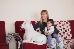 Famiglia felice con il cane nel paese. Fotografie Stock Libere da Diritti