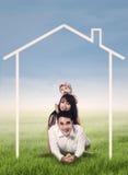Famiglia felice con il disegno domestico fotografie stock libere da diritti