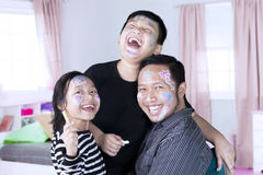 Famiglia felice con il fronte dipinto Immagini Stock Libere da Diritti