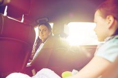 Famiglia felice con il piccolo bambino che guida in automobile Immagini Stock