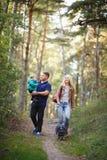 Famiglia felice con il procione immagini stock libere da diritti