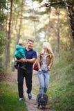Famiglia felice con il procione immagine stock