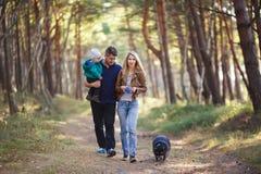Famiglia felice con il procione immagine stock libera da diritti