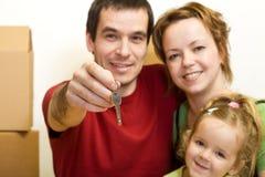Famiglia felice con il tasto della loro nuova casa Fotografie Stock Libere da Diritti
