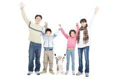 Famiglia felice con l'animale domestico fotografie stock libere da diritti