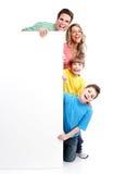 Famiglia felice con l'insegna. Immagine Stock