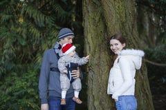 Famiglia felice con l'uscita del piccolo bambino nel parco di autunno Fotografia Stock Libera da Diritti