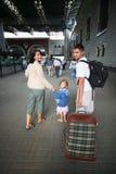 Famiglia felice con la bambina alla stazione ferroviaria immagini stock libere da diritti