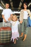 Famiglia felice con la bambina alla stazione ferroviaria fotografie stock