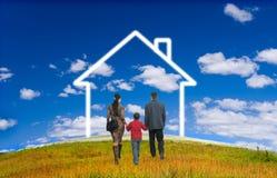Famiglia felice con la casa Fotografie Stock Libere da Diritti