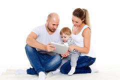 Famiglia felice con la compressa del computer Immagini Stock