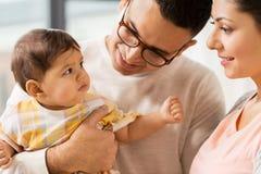 Famiglia felice con la figlia del bambino a casa Fotografia Stock