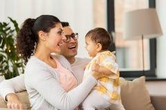 Famiglia felice con la figlia del bambino a casa Fotografie Stock Libere da Diritti
