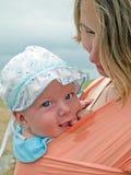 Famiglia felice con la madre ed il bambino in imbracatura Immagine Stock Libera da Diritti