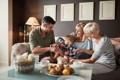 Famiglia felice con la nonna di visita della bambina immagine stock