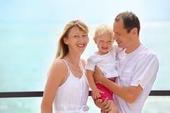 Famiglia felice con la ragazza sulla veranda vicino al litorale Fotografie Stock