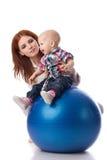 Famiglia felice con la sfera di forma fisica. Fotografie Stock