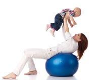 Famiglia felice con la sfera di forma fisica. Fotografie Stock Libere da Diritti