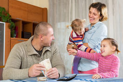 Famiglia felice con le banconote Fotografia Stock Libera da Diritti