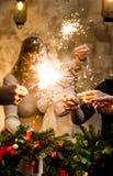 Famiglia felice con le luci di Bengala fotografia stock