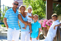Famiglia felice con tre bambini che stanno insieme Fotografia Stock