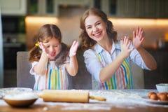 Famiglia felice in cucina Biscotti di cottura del bambino e della madre fotografia stock libera da diritti