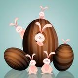 Famiglia felice dei conigli con le uova di Pasqua Immagine Stock