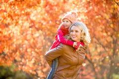 Famiglia felice del bambino e del genitore camminando insieme all'aperto nella caduta Fotografie Stock Libere da Diritti