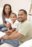 Famiglia felice del figlio del padre della madre dell'afroamericano Fotografia Stock Libera da Diritti