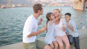 Famiglia felice del gioco che mangia il gelato Giorno pieno di sole caldo archivi video