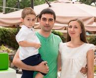 Famiglia felice del padre, della madre e del bambino in all'aperto un giorno di estate Genitori e bambino del ritratto sulla natu Immagini Stock Libere da Diritti