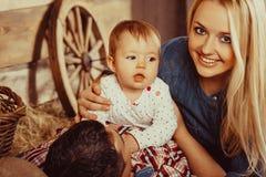 Famiglia felice del villaggio Immagine Stock