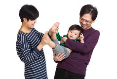 Famiglia felice dell'Asia che gioca con il neonato immagini stock