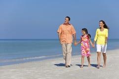 Famiglia felice della madre, del padre e della figlia sulla spiaggia Immagine Stock Libera da Diritti