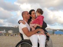 Famiglia felice della sedia a rotelle fotografia stock libera da diritti